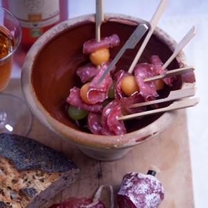 Bouchées Apéritives au Saucisson ソシソンと季節の果物のアミューズブーシュ